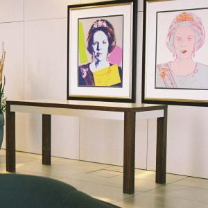 Arbeitstisch im Foyer der Botschaft des Königreichs der Niederlande